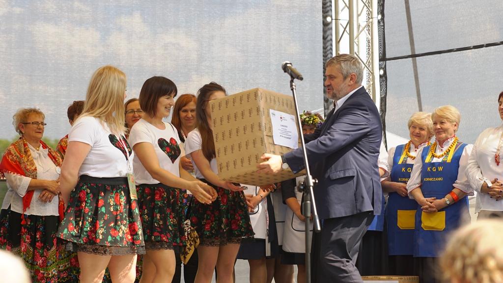 Minister Ardanowski wręcza główną nagrodę w mazowieckim konkursie Kół Gospodyń Wiejskich