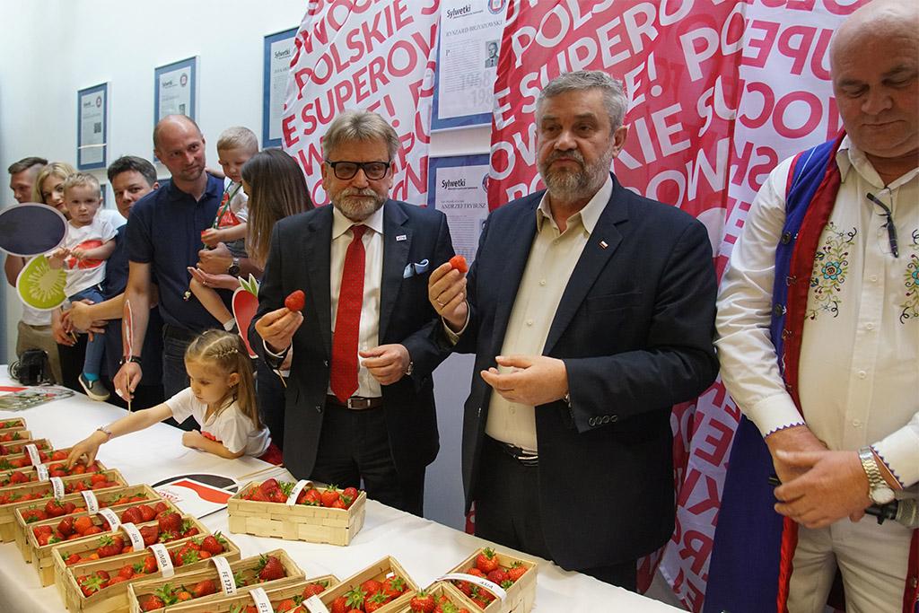 Degustacja truskawek przez Ministra i uczestników konferencji