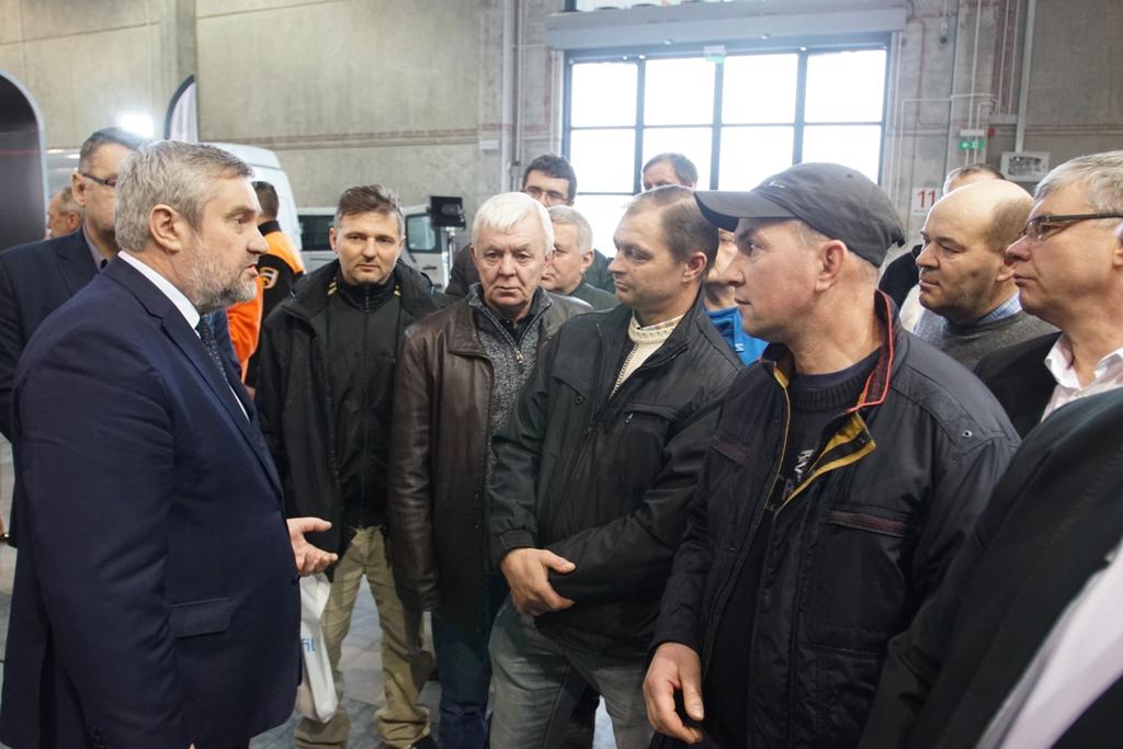 Min. J.K. Ardanowski podczas rozmowy z rolnikami