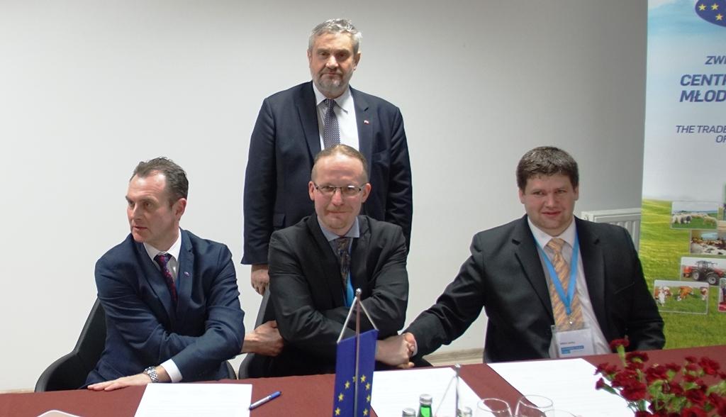 Min. J.K. Ardanowski z młodymi rolnikami po podpisaniu deklaracji