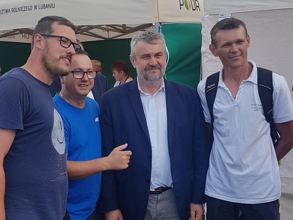 Min. J. K. Ardanowski rozmawia z młodymi rolnikami