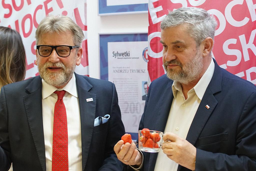 Minister Ardanowski i Główny Inspektor Sanitarny degustują truskawki