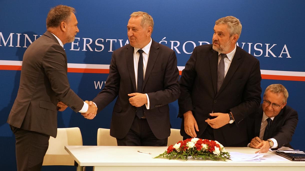 Minister Ardanowski oraz Minister Środowiska Henryk Kowalczyk podczas podpisywania porozumienia