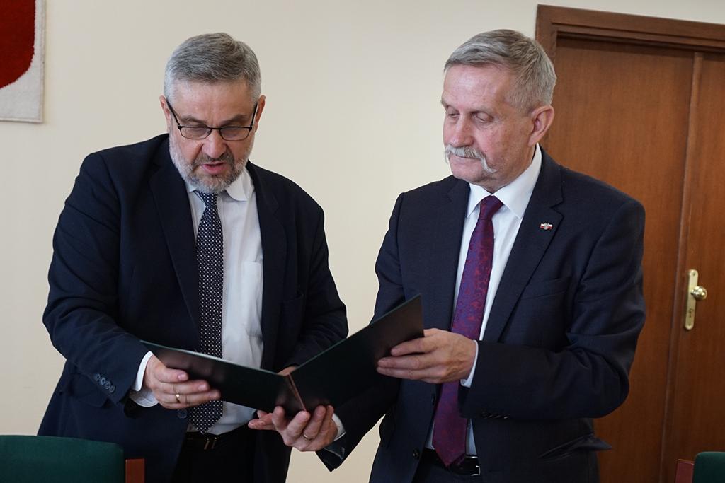 Minister Jan Krzysztof Ardanowski wręcza nominacje