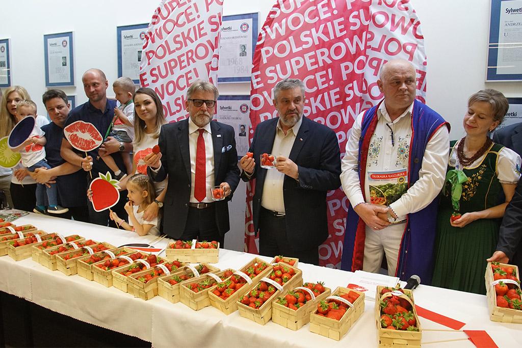 Minister i Inspektor oraz uczestnicy konferencji degustują truskawki