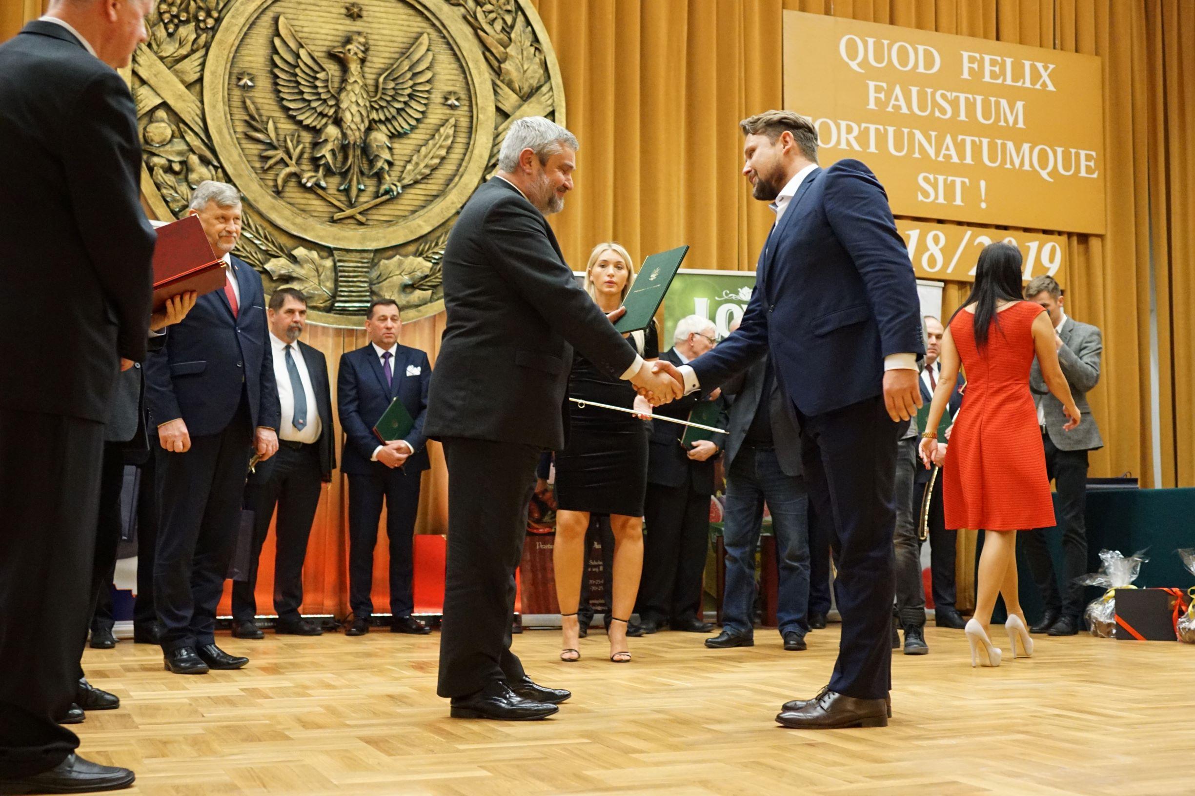 Minister wręcza nagrody laureatom konkursu