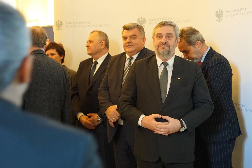 Minister wraz z zastępcami wita gości