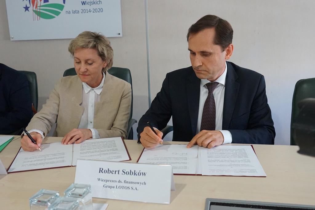 Podpisanie umowy między Instytutem a Grupą LOTOS