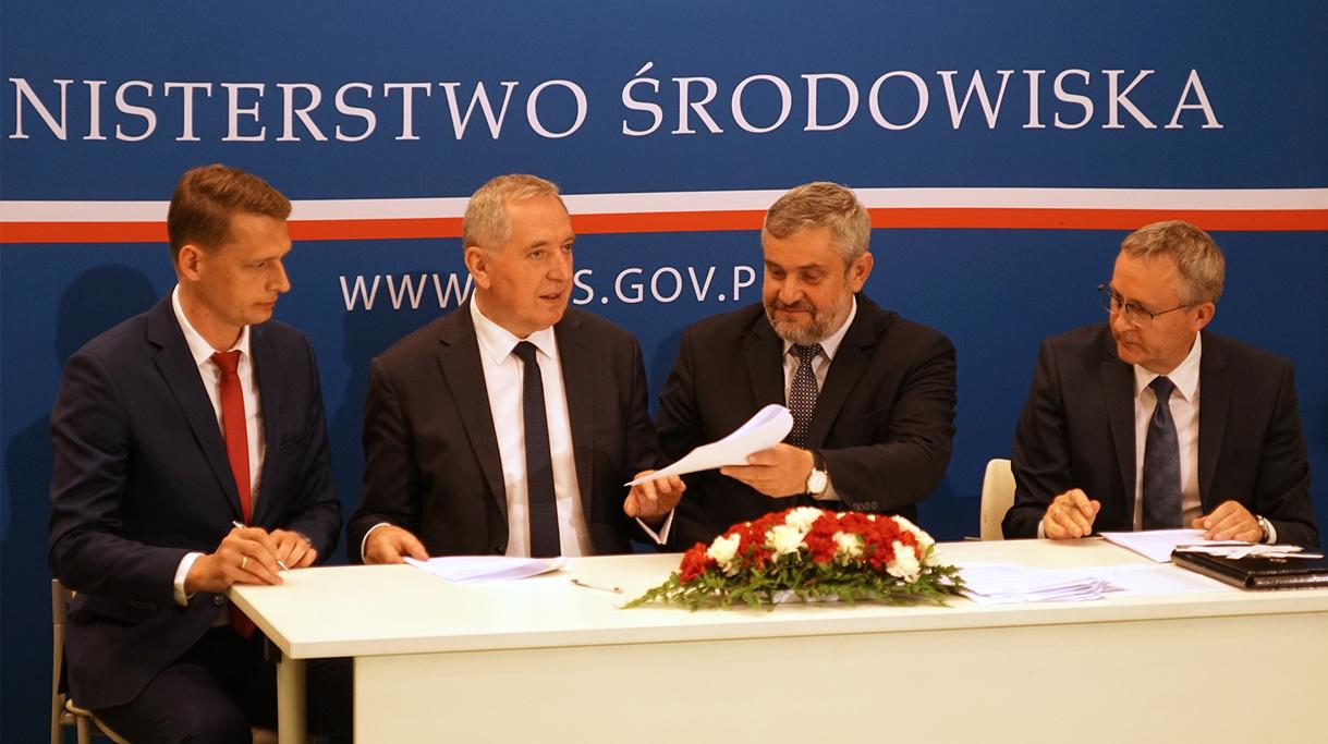 Uroczyste podpisanie porozumienia podczas konferencji