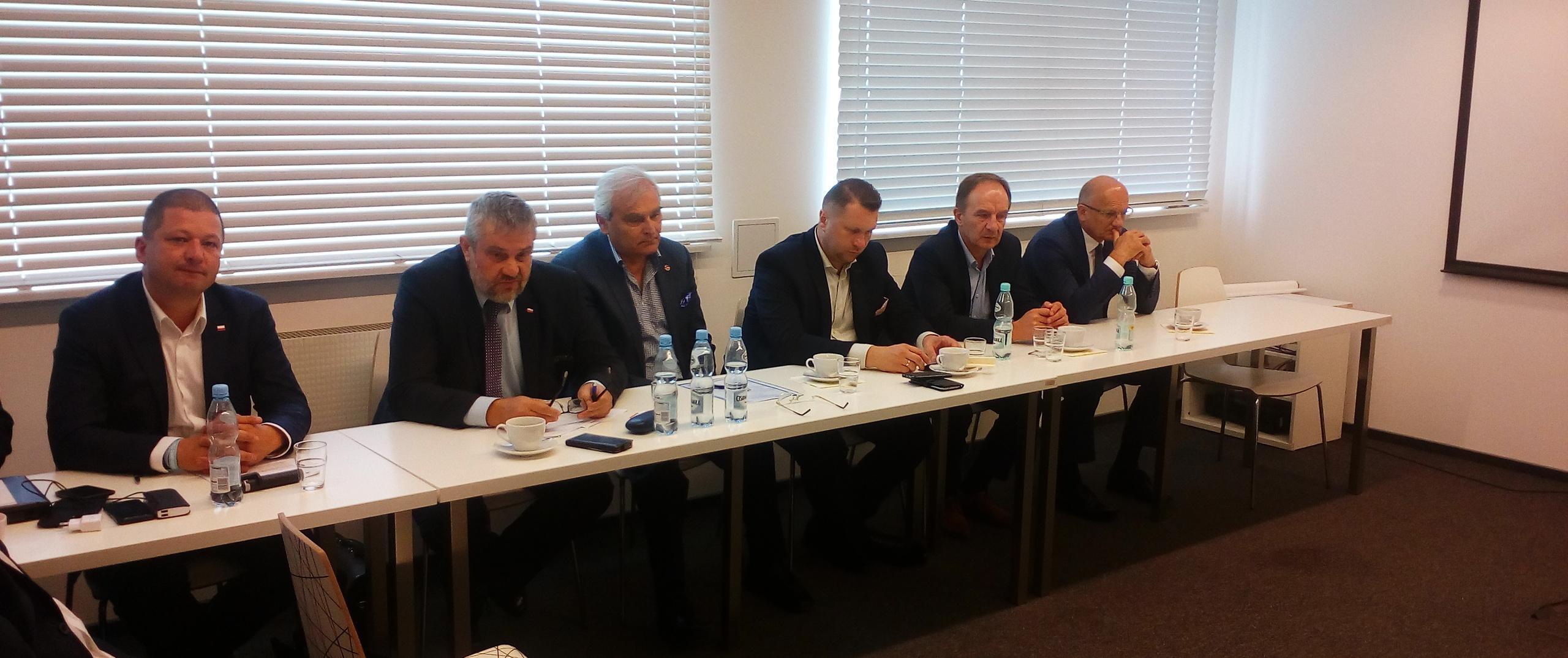 Minister Ardanowski podczas narady w zakładach Ursus w Lublinie
