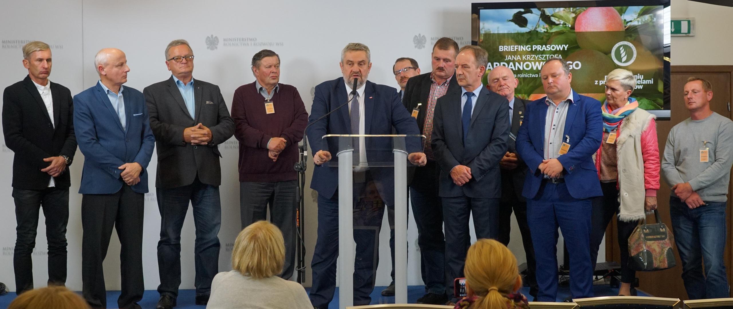 Minister Jan Krzysztof Ardanowski oraz przedstawiciele sadowników podczas briefingu prasowego
