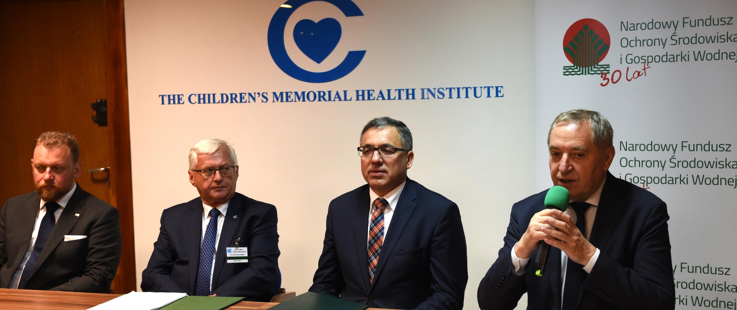 (od prawej) minister środowiska Henryk Kowalczyk, p.o. prezesa Narodowego Funduszu Ochrony Środowiska i Gospodarki Wodnej Marek Ryszka, dyrektor Instytutu