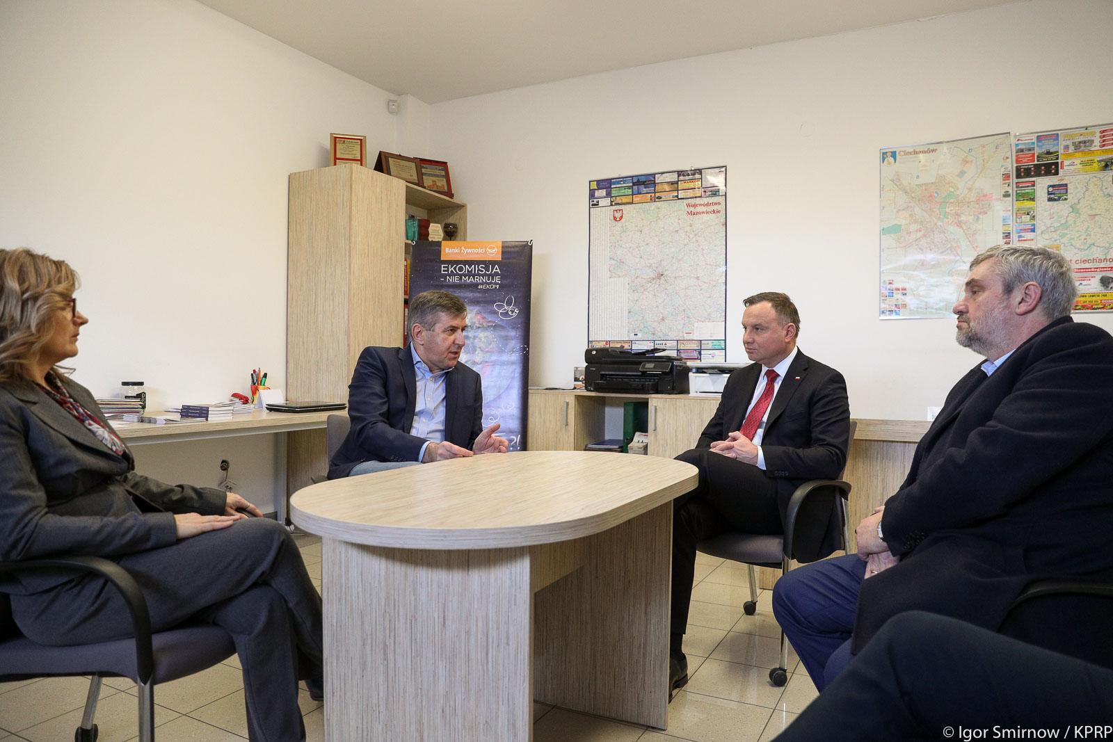 Prezydent RP Andrzej Duda i min. J. K. Ardanowski podczas rozmowy z kierownictwem Banku Żywności
