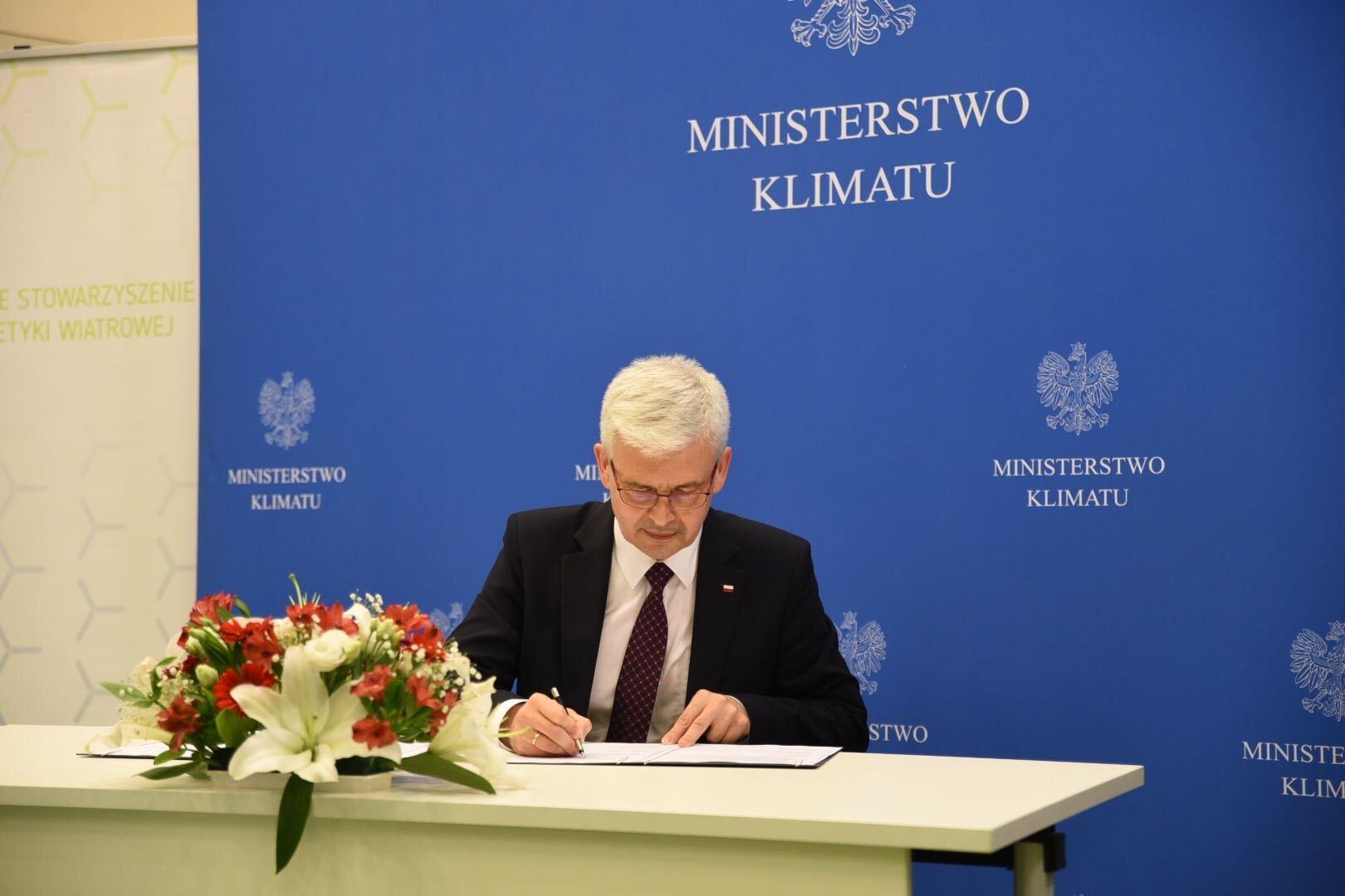 Wiceminister klimatu Ireneusz Zyska podczas podpisania listu intencyjnego o współpracy w zakresie rozwoju morskiej energetyki wiatrowej w Polsce