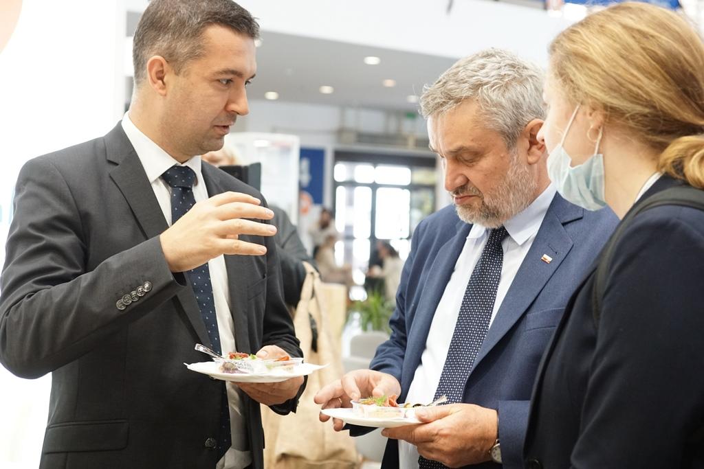 Min. J.K. Ardanowski i sekretarz stanu min. rolnictwa Węgier Z. Feldman podczas degustacji na targowym stoisku