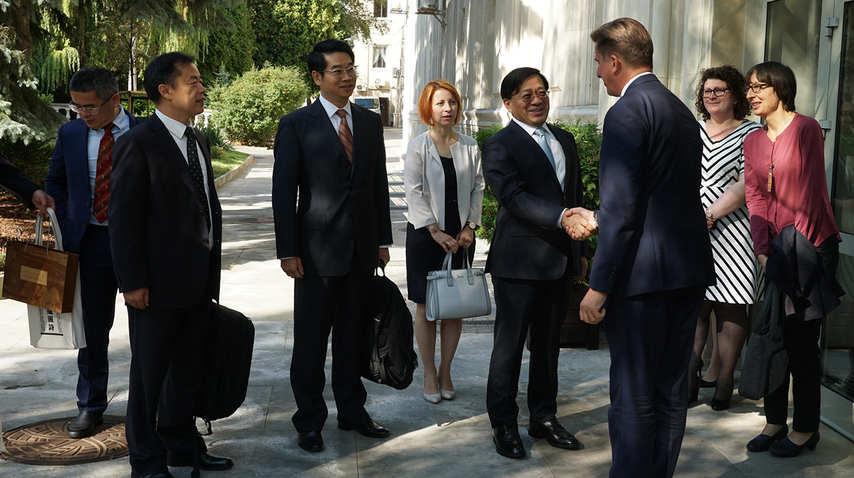 Powitanie chińskiej delegacji na dziedzińcu ministerstwa