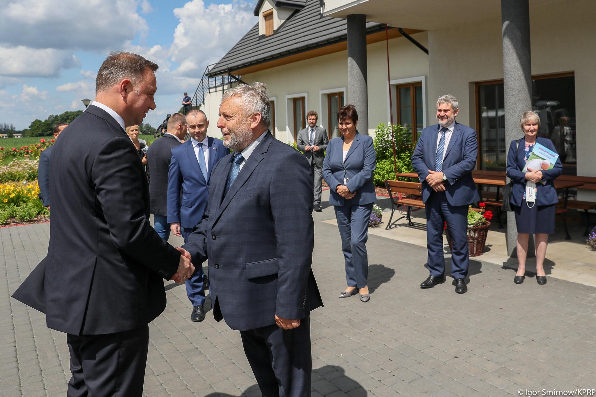 Prezes KRIR Wiktor Szmulewicz wita Prezydenta RP Andrzeja Dudę (Fot. Igor Smirnow KPRP)