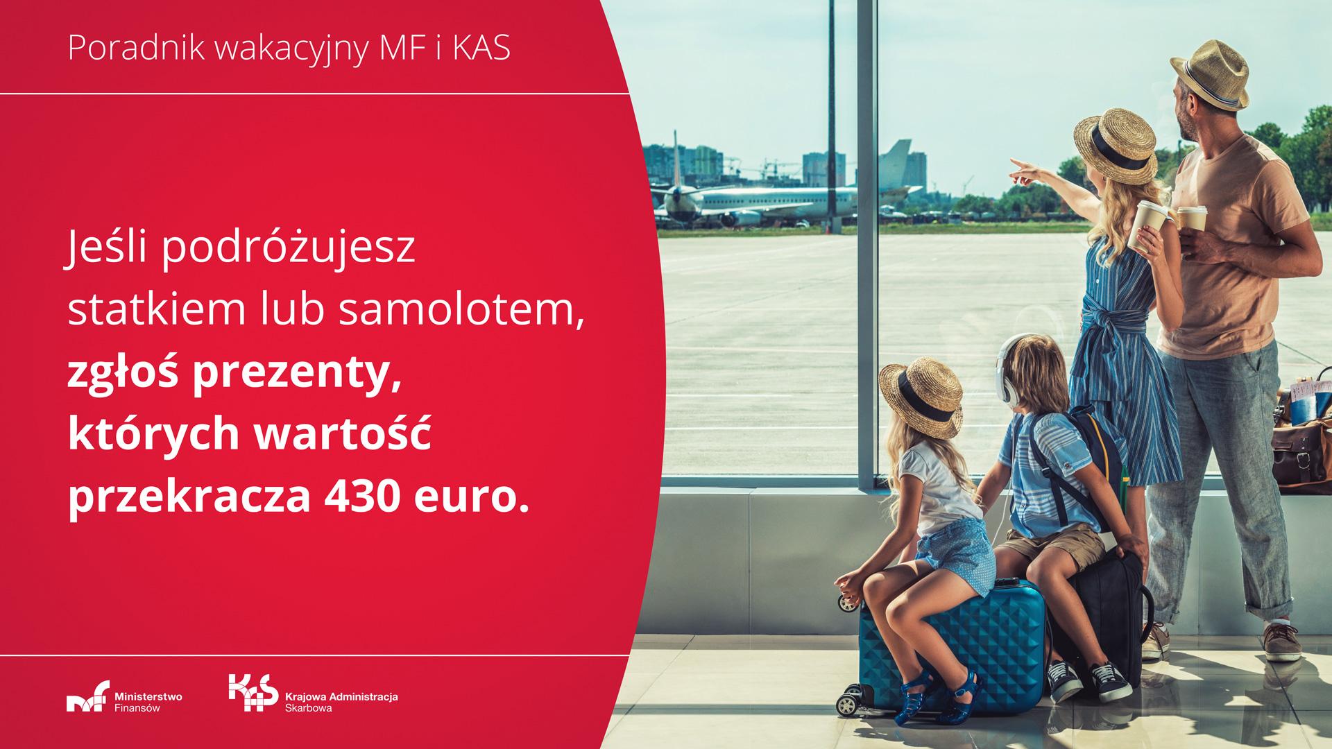 Kobieta, mężczyzna, dwoje dzieci na lotnisku. Napis: Jeśli podróżujesz statkiem lub samolotem, zgłoś prezenty, których wartość przekracza 430 euro.