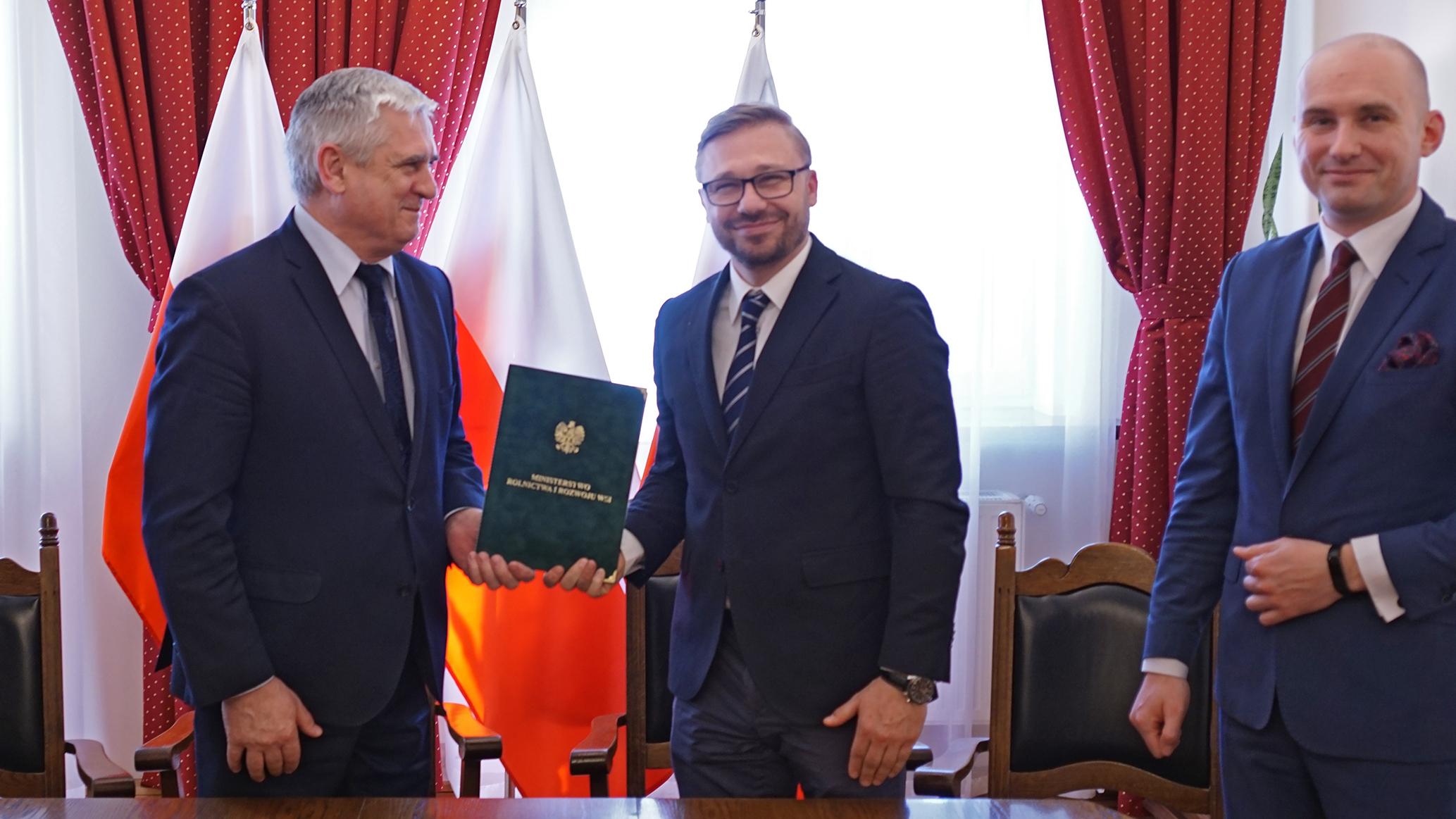 Od lewej wiceminister J. Białkowski, starosta rypiński Jarosław Sochacki i wicestarosta rypiński Piotr Czarnecki