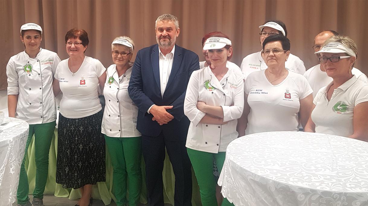 Minister Ardanowski w towarzystwie członkiń KGW