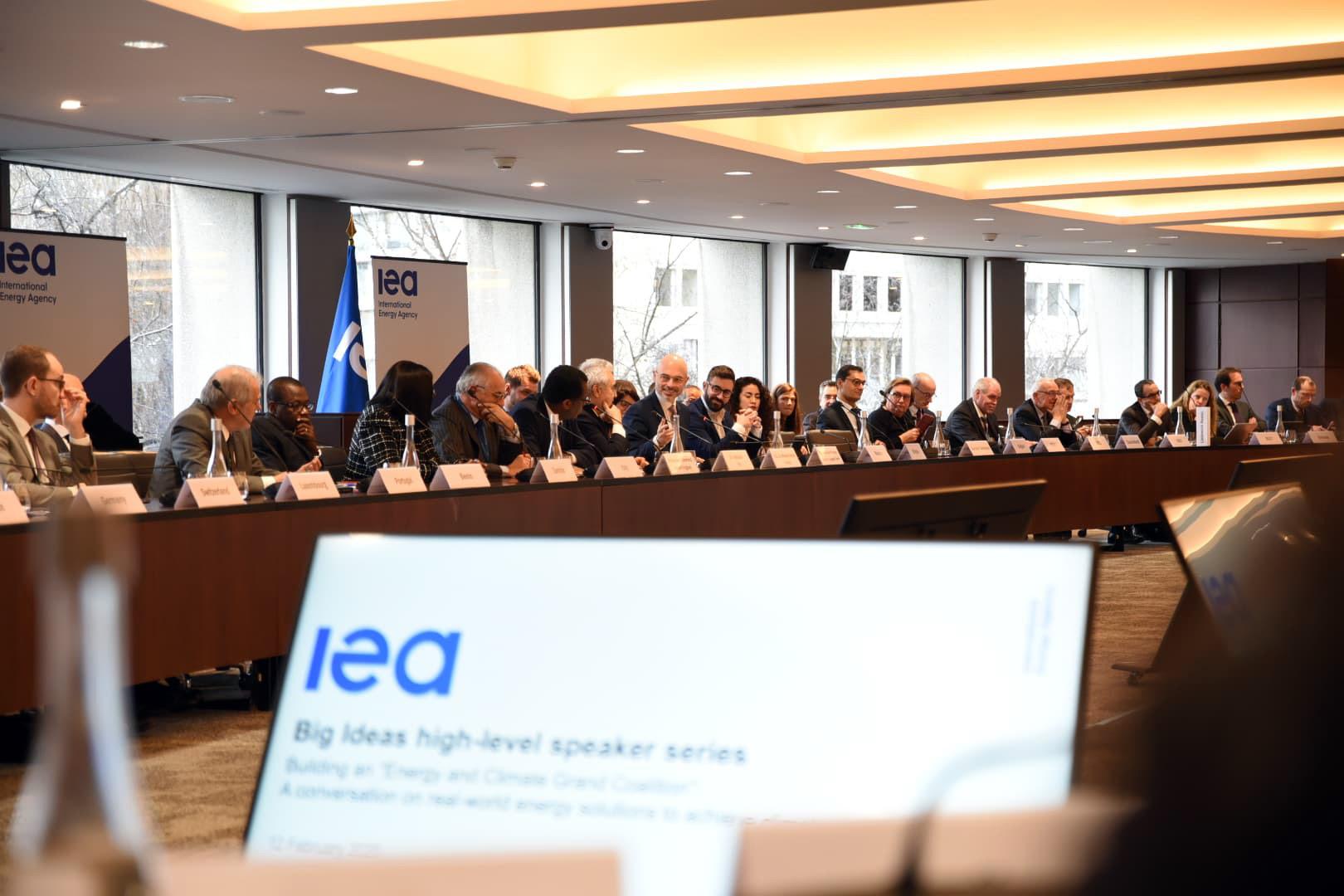 Minister klimatu Michał Kurtyka siedzi wśród innych przedstawicieli podczas debaty IEA w Paryżu