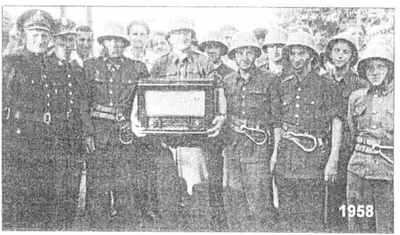 Strażacy Komendy Powiatowej z radioodbiornikiem