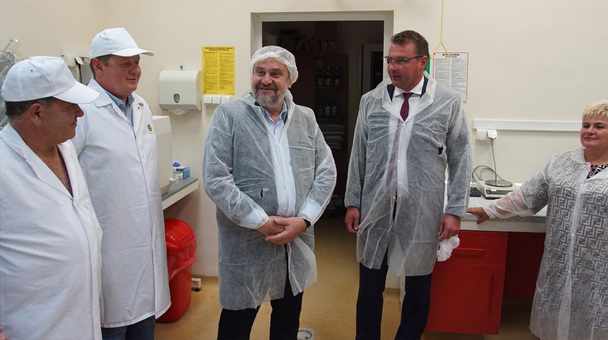 Minister Ardanowski wizytujący Spółdzielnię Pszczelarską APIS w Lublinie