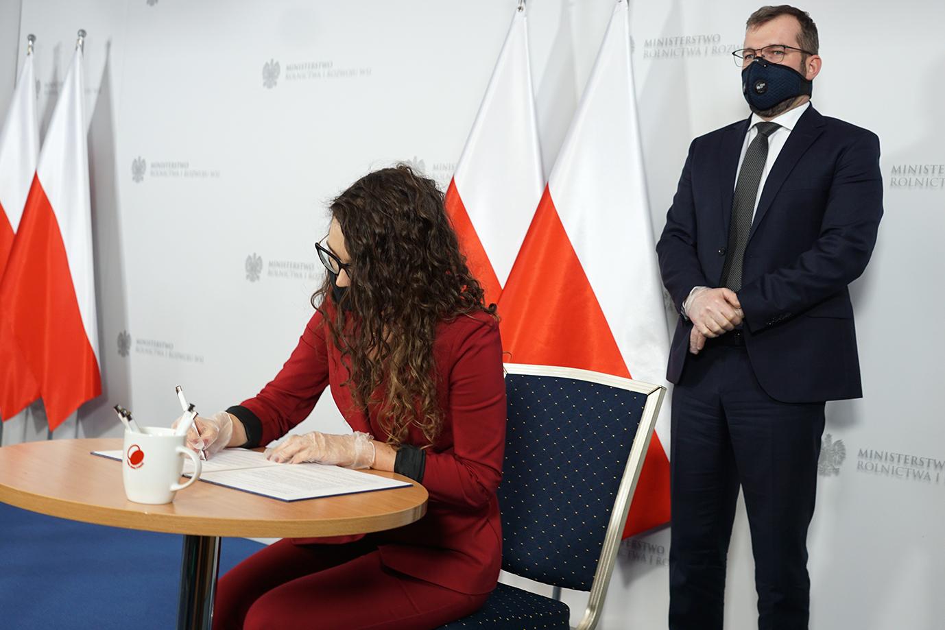 Minister Justyna Orłowska podpisuje List Intencyjny (Fot. MRiRW)