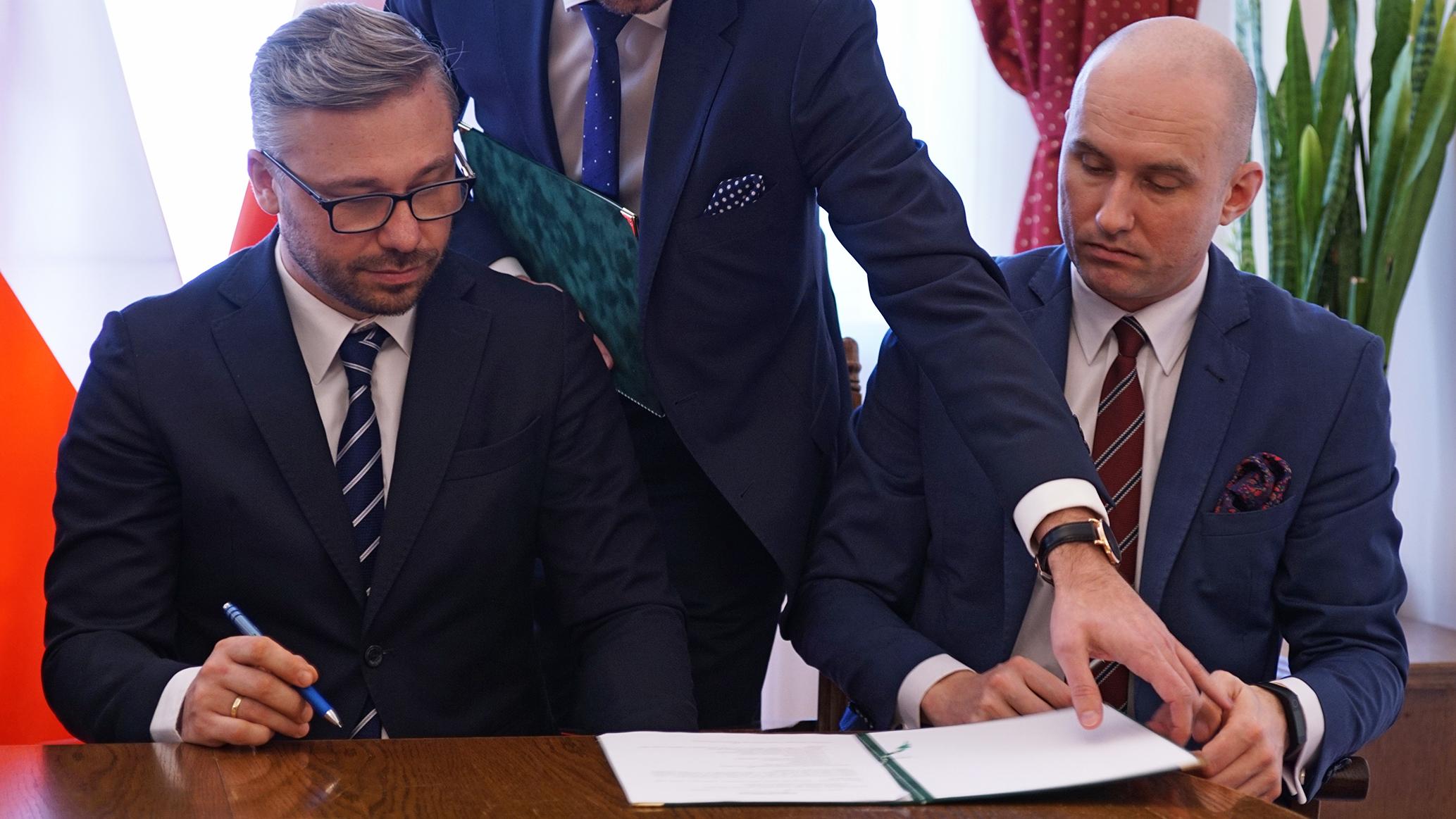 Uroczyste podpisanie dokumentu