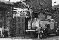 Na zdjęciu pojazd podnoszący żurawiem HDS kontener ze sprzętem