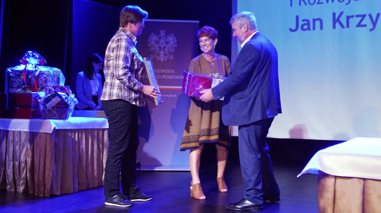 Minister Ardanowski podczas wręczania nagród