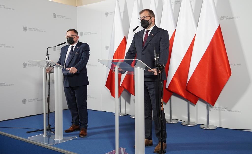Minister Grzegorz Puda oraz GLW Mirosław Welz podczas konferencji prasowej w MRiRW. Fot. MRiRW