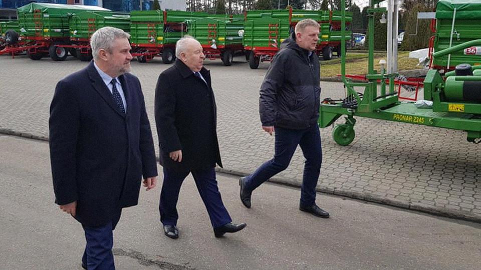 Minister J. K. Ardanowski podczas wizyty w firmie Pronar