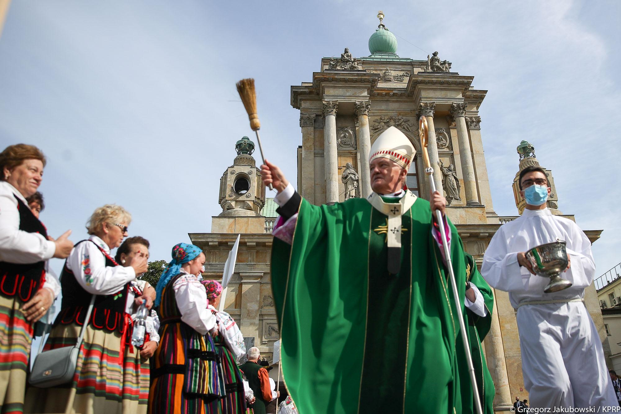 Kard. Kazimierz Nycz podczas ceremonii święcenia wieńców