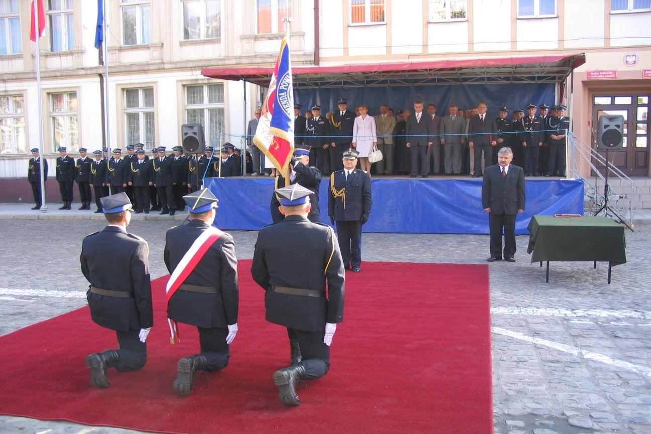 Fot. Uroczystość wręczenia sztandaru - 5 września 2004 r.