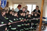 Na zdjęciu uwieczniono moment przecinania wstęgi przez dzieci jednej z elbląskich szkół podstawowych oraz komendanta miejskiego państwowej straży pożarnej w Elblągu kapitana Łukasza Kochan