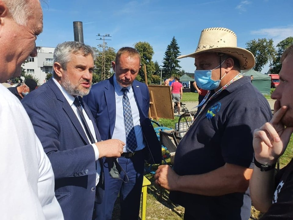 MInister J.K. Ardanowski podczas rozmowy z rolnikami