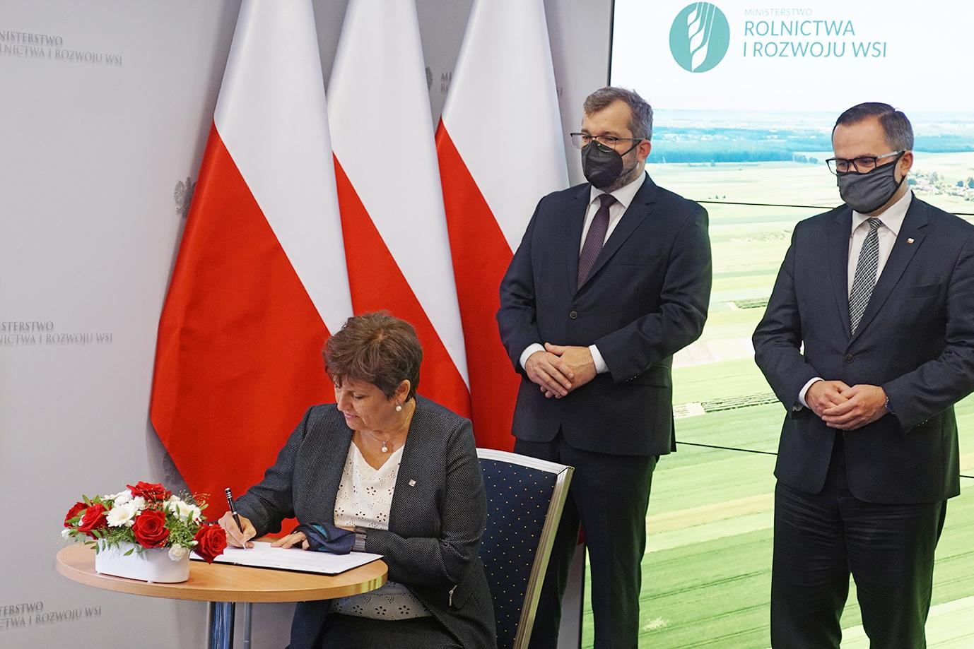 Prezes ARiMR Halina Szymańska podczas składania podpisu (fot. MRiRW)