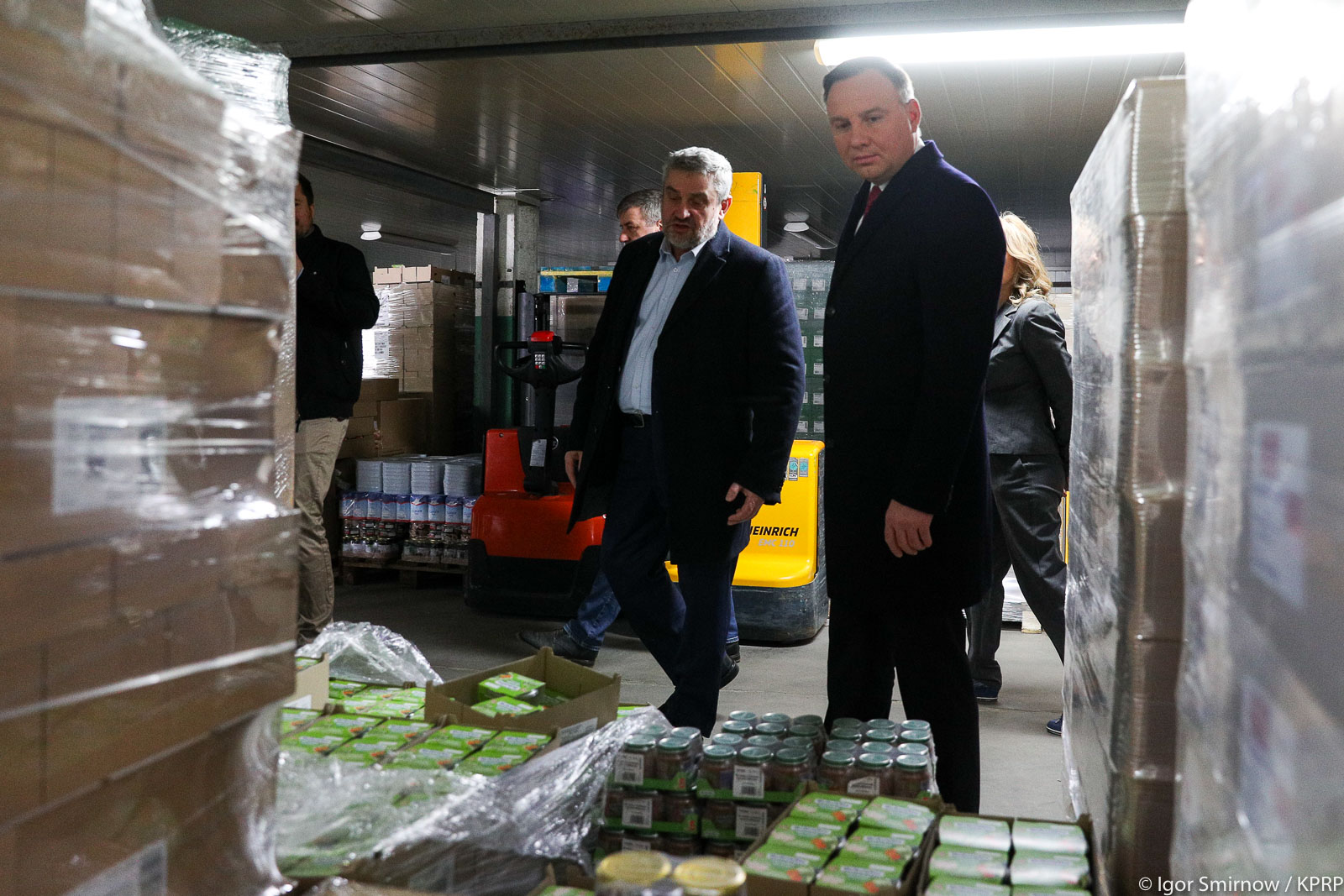 Prezydent RP A. Duda i minister J. K. Ardanowski podczas wizyty w Banku Żywności