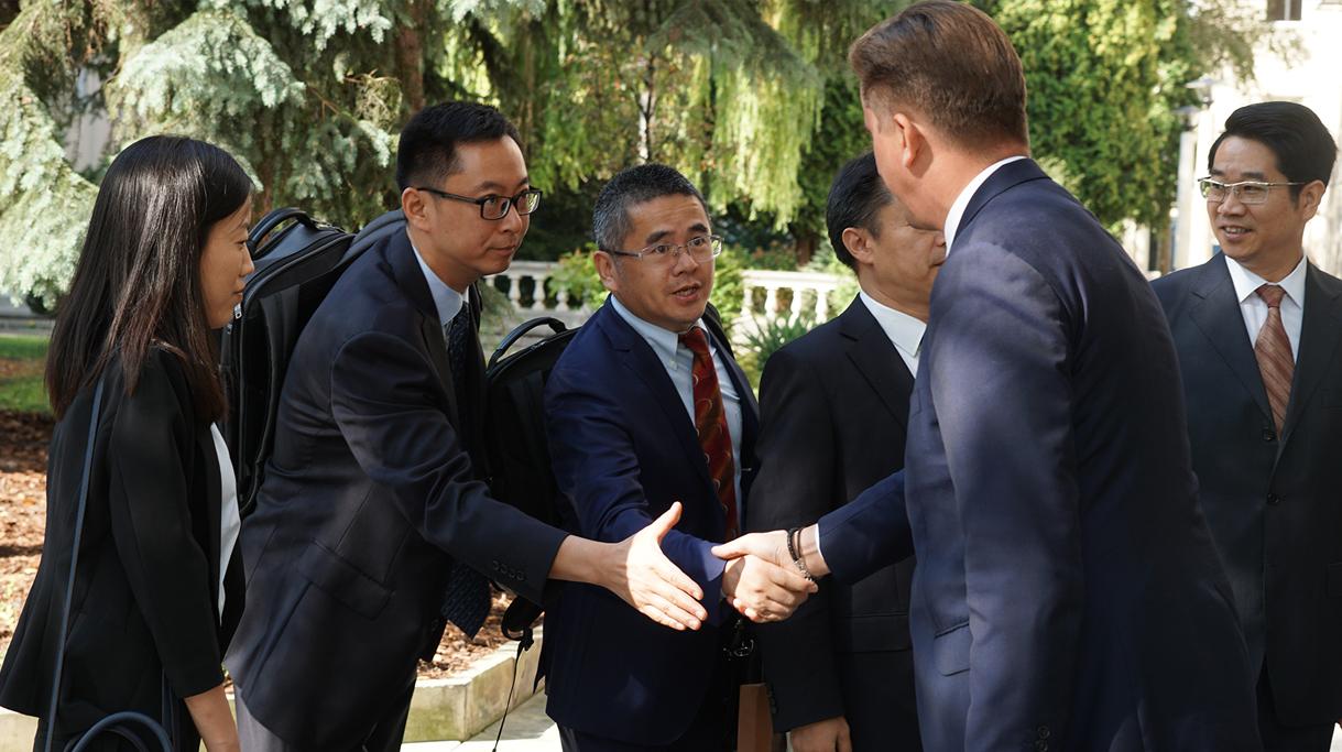 Podsekretarz Stanu MRiRW Rafał Romanowski wita chińską delegację