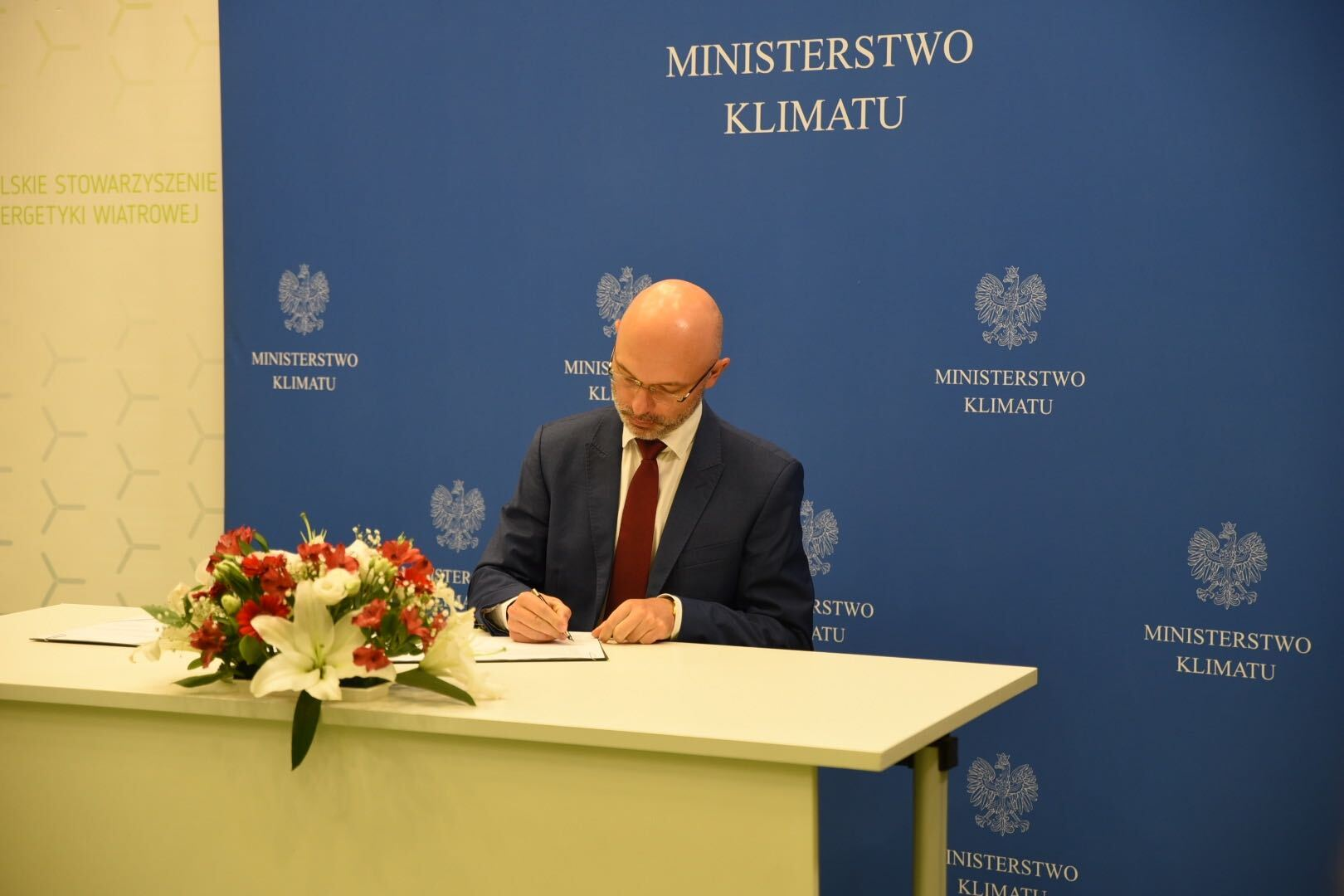 Minister klimatu Michał Kurtyka podczas podpisania listu intencyjnego o współpracy w zakresie rozwoju morskiej energetyki wiatrowej w Polsce
