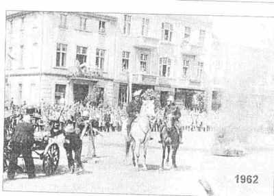 Przemarsz strażaków podczas uroczystości nadania sztandaru w roku 1962