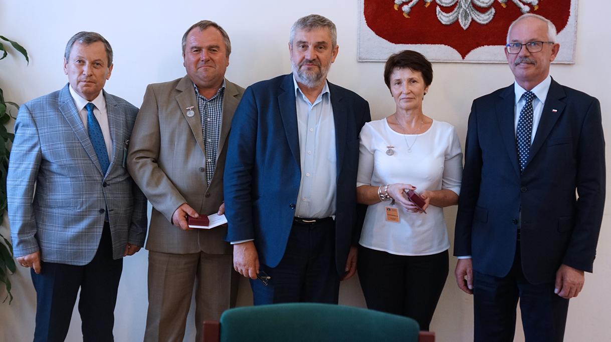 Minister Ardanowski z odznaczonymi osobami