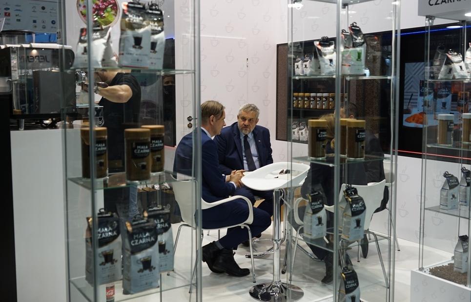Min. J.K. Ardanowski podczas rozmowy na targowym stoisku