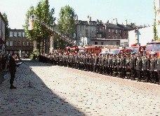 Zdjęcie przedstawia uroczysty apel Dnia Strażaka na placu wewnętrznym