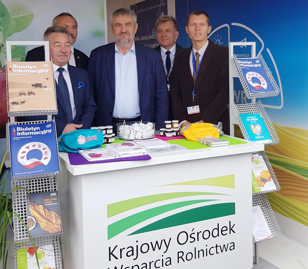 Minister J. K. Ardanowski odwiedzający stoisko KOWR