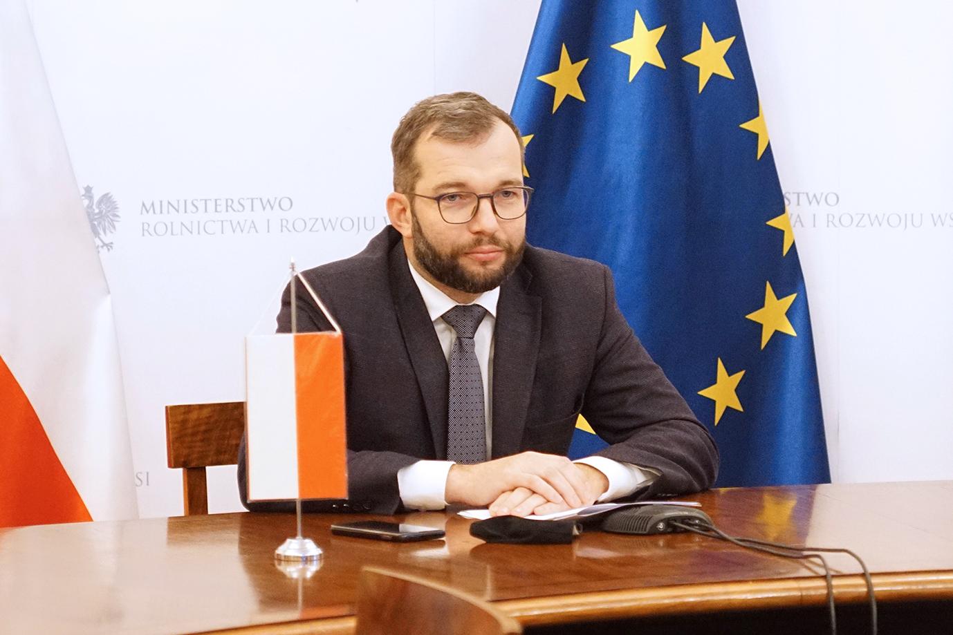 Min. Grzegorz Puda podczas telerozmowy