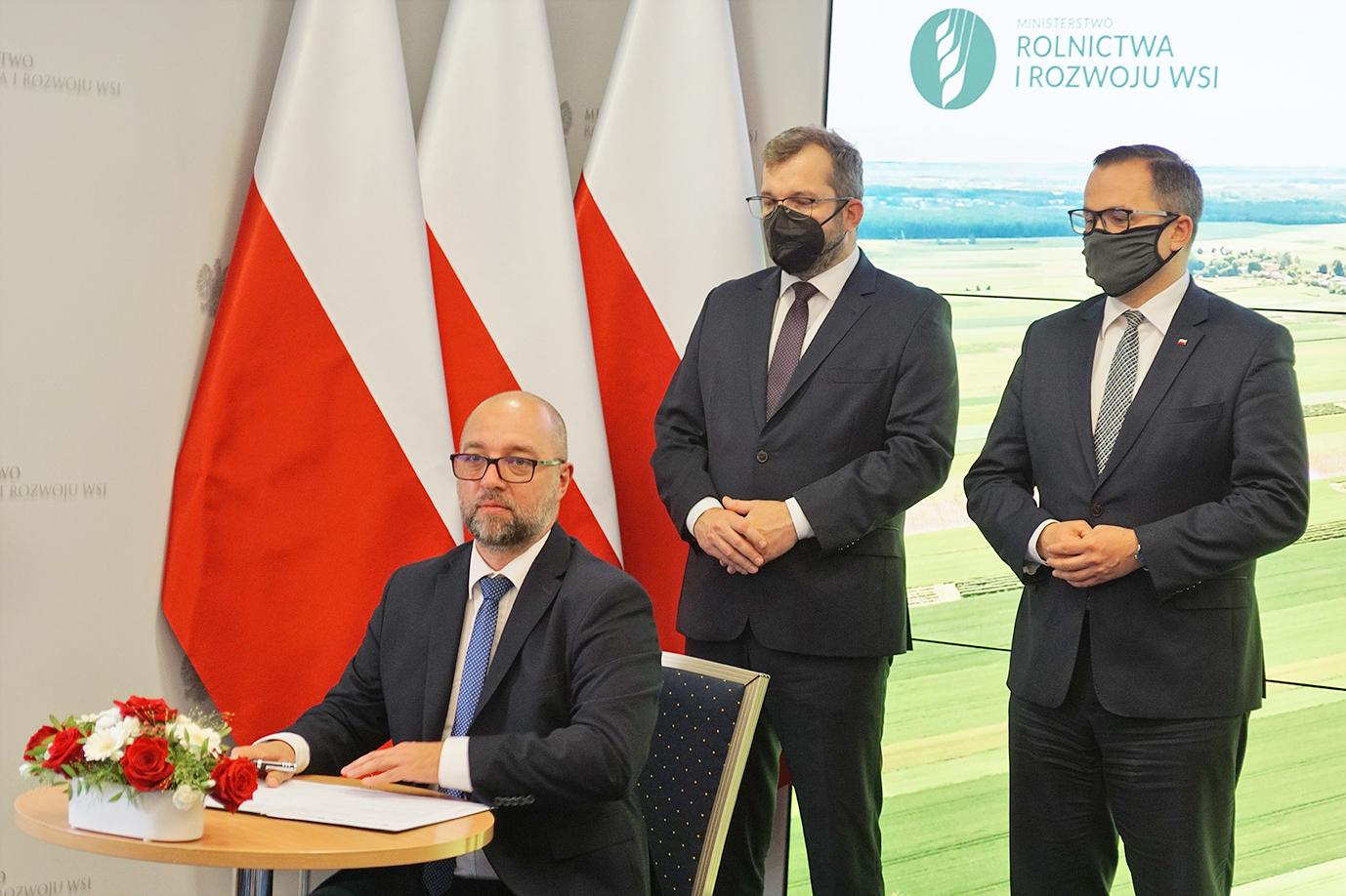 Prezes Polskiej Agencji Żeglugi Powietrznej Janusz Janiszewski podczas składania podpisu (fot. MRiRW)