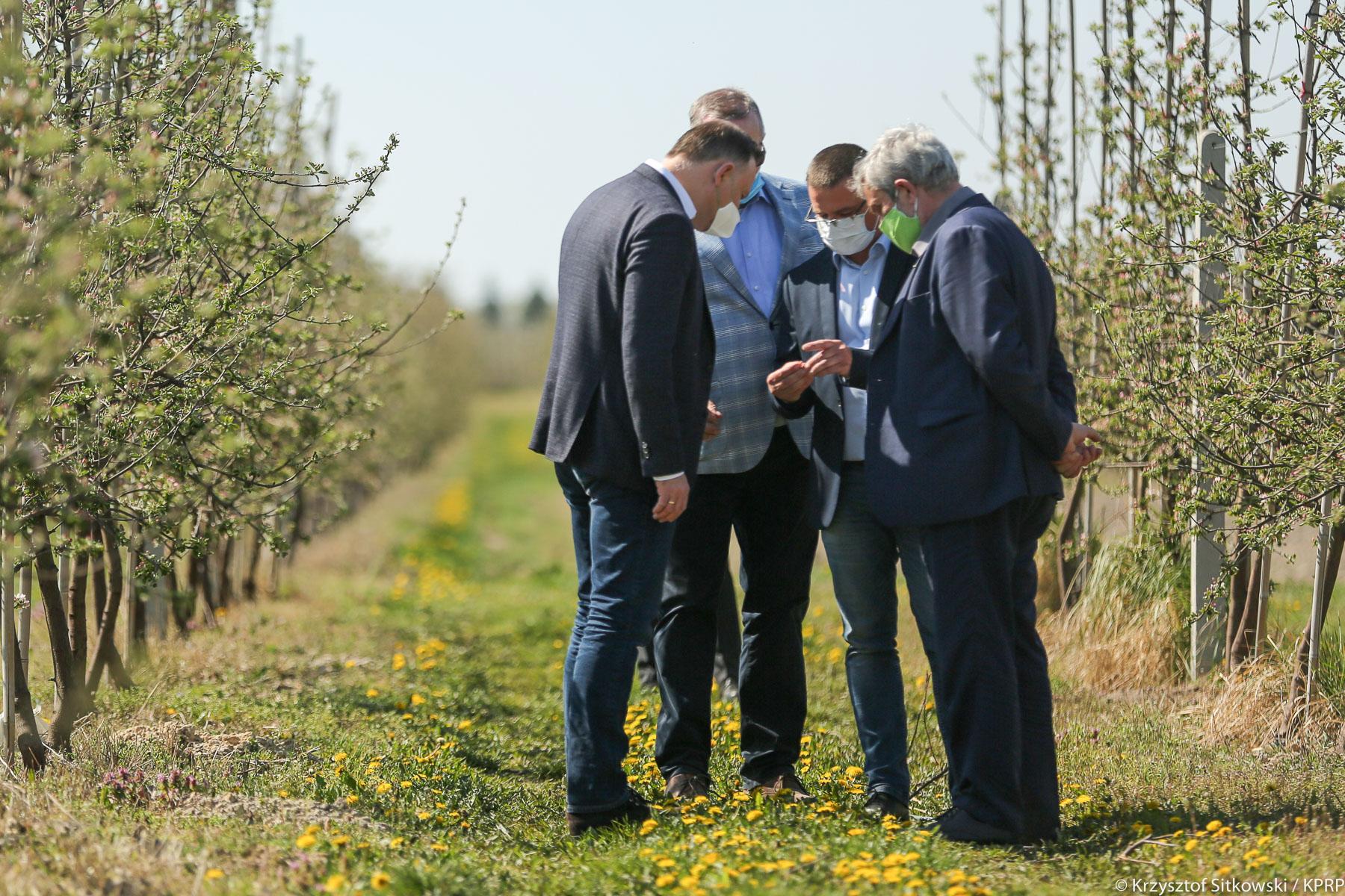 Spotkanie Prezydenta A. Dudy i min. rolnictwa J. K. Ardanowskiego z sadownikami w Dylewie