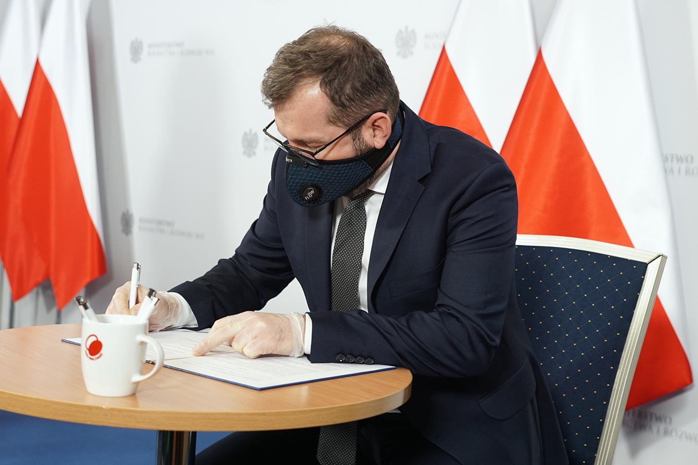 Minister Grzegorz Puda podpisuje List Intencyjny (Fot. MRiRW).jpg
